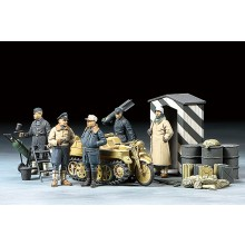 1/48 German Luftwaffe Crew (Winter) w/Kettenkraftrad